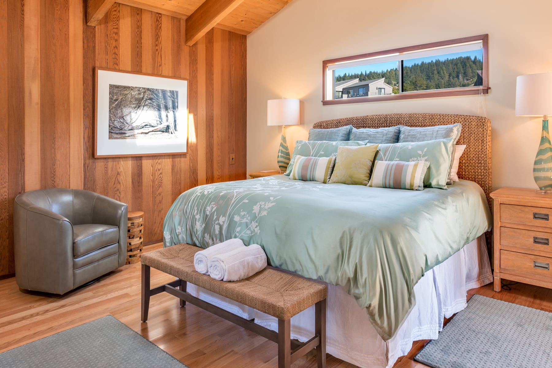 Principal bedroom-King size bed, linens provided